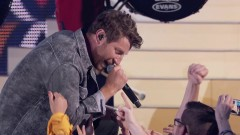 Somethin' I'm Good At (CMT Music Awards 2017) - Brett Eldredge