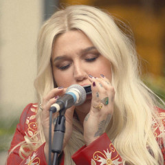 Here Comes The Change (Live Acoustic) - Kesha